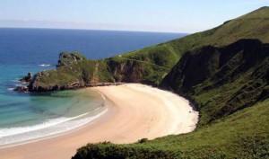 playa natural en santillana